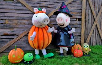 Peppa Pig dressed as pumpkin and as a witch